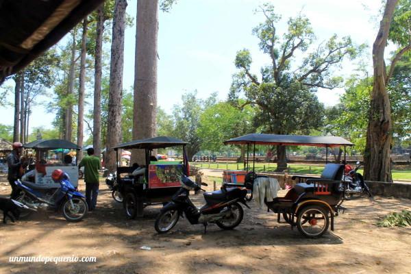 Estacionamiento de tuk tuks en Angkor Wat