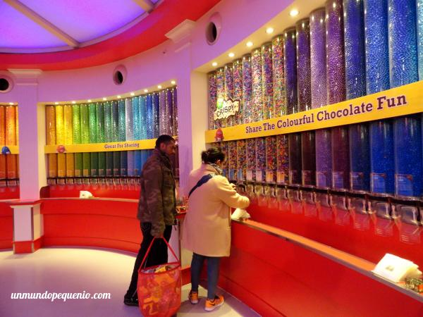 Gente comprando confites en el M&M's World de Londres