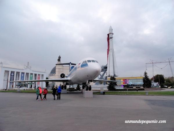 Avión y cohete en el pabellón espacial del VDNKh