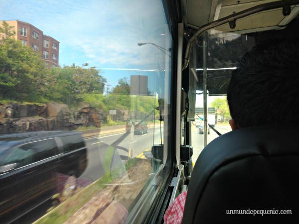 Viendo por la ventanilla de un Greyhound