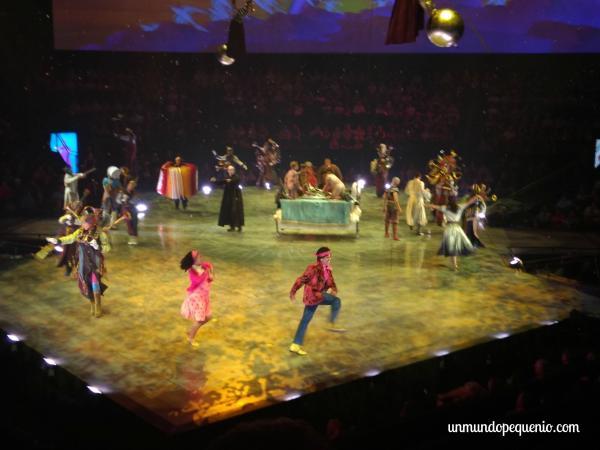 Personajes bailando
