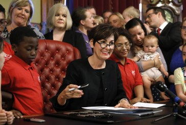 Iowa prohíbe la mayoría de los abortos cuando el gobernador firma un proyecto de ley de «latido»