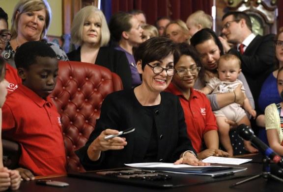 """Iowa prohíbe la mayoría de los abortos cuando el gobernador firma un proyecto de ley de """"latido"""""""