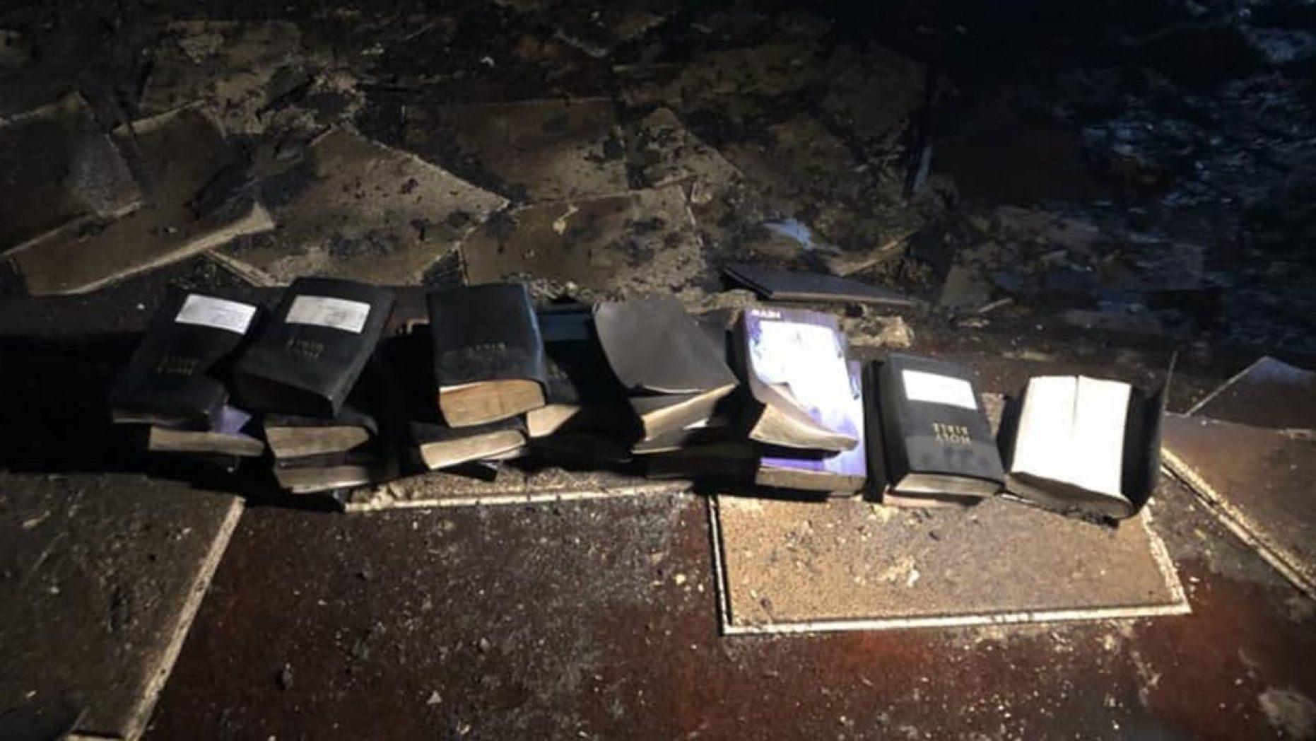 Los bomberos encuentran Biblias intactas en el fuego de la iglesia: «Aunque las probabilidades estaban en contra de nosotros, Dios no lo estaba»