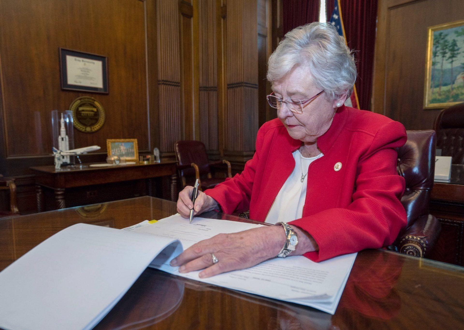La gobernadora de Alabama firmó la ley antiaborto más dura de EEUU