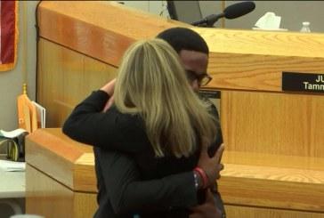 El joven abrazó y perdonó a la asesina de su hermano en su sentencia: Te perdono, 'entrega tu vida a Cristo'