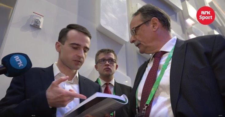 Inarkiev discute con l'arbitro