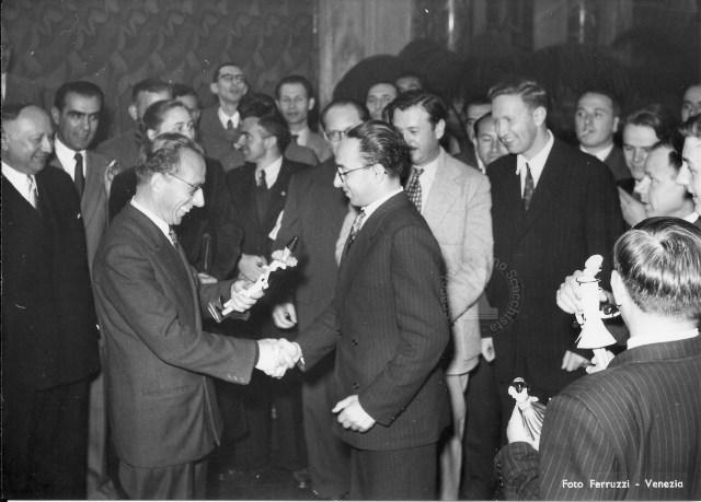Nestler premiato come migliore italiano, Venezia 1950 bn