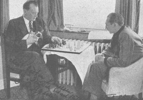 Alekhine con il suo gatto Chess in braccio