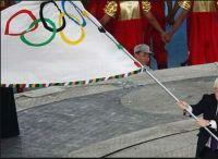 オリンピックフラッグ(五輪旗)の大きさや重さは?女性でも持てるの?