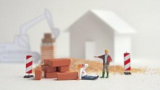 Halten Sie Abstand zu Baumaschinen und gelagerten Baumaterialien.