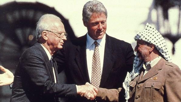 Clinton acte I, 1993 : après Carter à Camp David (paix Israël Égypte) en 1978, douze années de présidence républicaine et la fin de la Guerre Froide, le président des États-Unis encourage un accord de paix Israël Palestine. Et espère diffuser libre-échange et démocratie de par le monde.