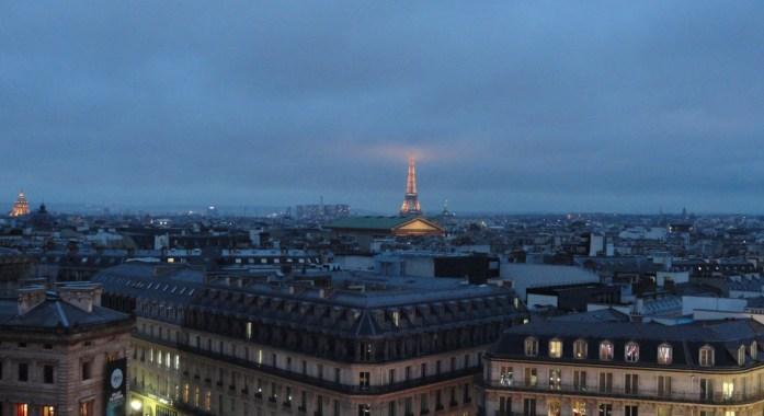 Vue de Paris depuis le tout des Galeries Lafayette - Toue Eiffel dans les nuages