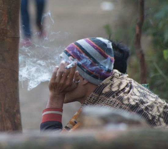 La fumée du Kawah Ijen ne les empêche pas d'en griller une petite