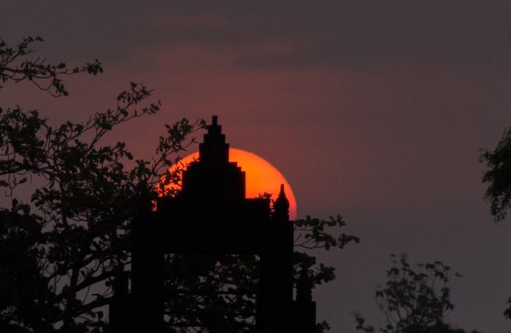 Le soleil se cache derrière Prambanan