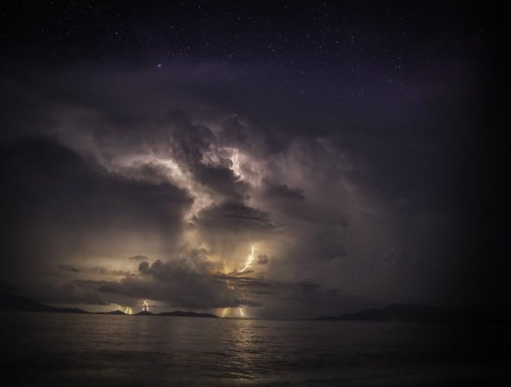 Éclairs sur la plage de Maumere