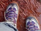 Détail de pieds qui marchent dans la boue