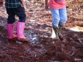 Deux enfants qui patogent dans la boue