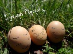 Oeufs de Pâques décorés et posés avec des petites têtes et posés sur l'herbe d'un jardin
