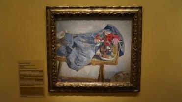 Edouard Vuillard, Roses rouges et étoffes sur une table, 1900-1901