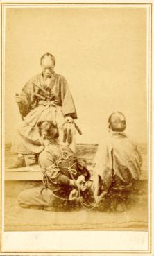 Renjô Shimooka (1823–1914) Prisonnier présenté devant le daimyô vêtu d'un kariginu années 1860 épreuve à l'albumine sur papier inv. Savatier04, musée national des arts asiatiques – Guimet © Musée national des arts asiatiques – Guimet (dist. RMNGP)/Photo : MNAAG
