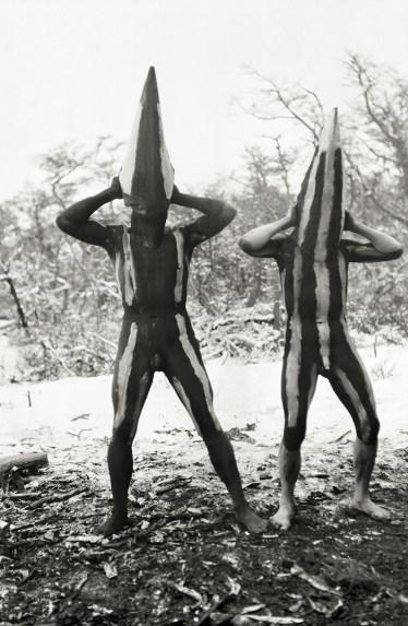 Les Koshménk partent à la recherche de leur épouse infidèle, Kulan, femme de la nuit. Leur masque conique, d'environ 70 centimètres de haut, est taillé dans l'écorce. Cérémonie du Hain, rite Selk'nam, 1923 © Martin Gusinde / Anthropos Institut / Éditions Xavier Barral