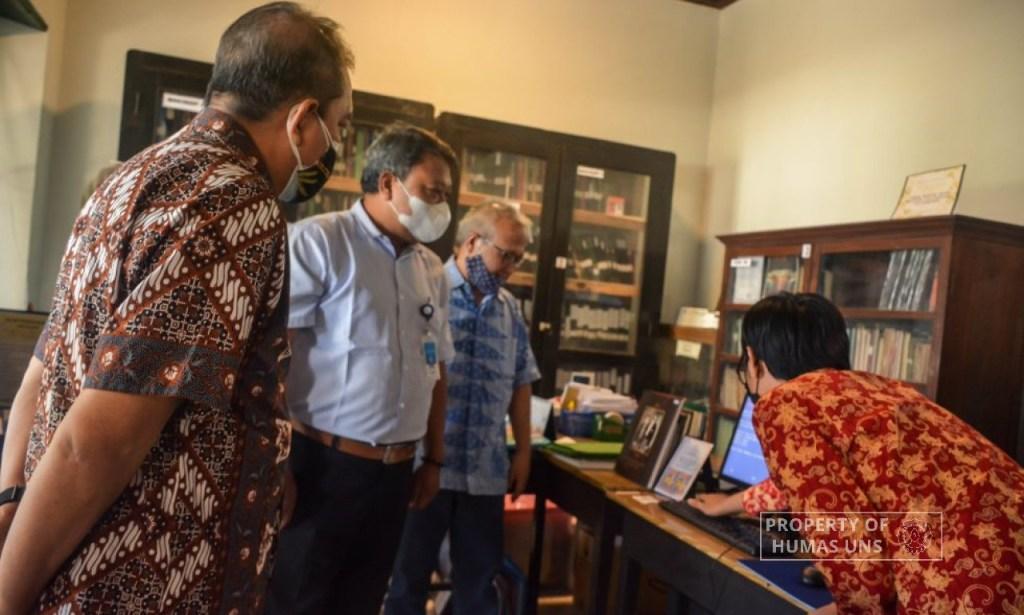 PUI Javanologi UNS Inisiasi Bantuan Peralatan kepada Perpustakaan Rekso Pustoko dari Keluarga Akbar Tandjung