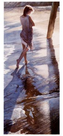 Mujer joven andando por la playa