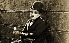 Groucho Marx sujetando triste una flor en Tiempos Modernos