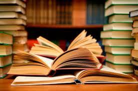 Libros apilados en una biblioteca