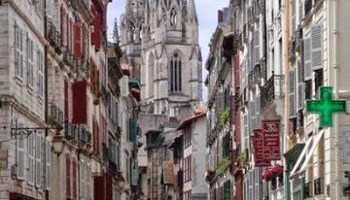 Calle principal de Bayona, Francia - Bayona, o quizás más que eso