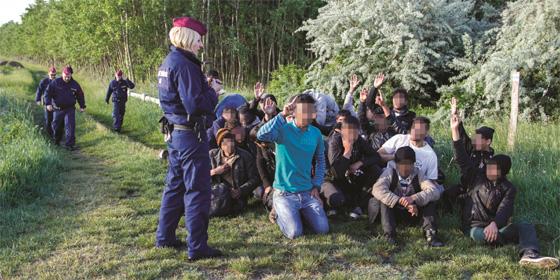 Kopftritt und Tränengas: zwei Grenzpolizisten verurteilt in Ungarn