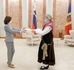 Slowenische Diplomatin vertritt ihr Heimatland in Nationaltracht
