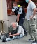 """Bei """"Jugendlichen"""" und """"Männergruppen"""" die Hosen voll – bei 77-jährigem Behinderten stark"""