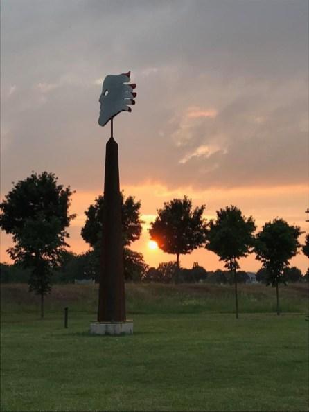 KOPFhand blickt der untergehenden Sonne nach