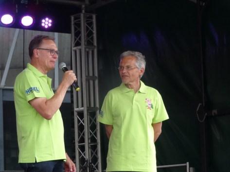 Foto Vorsitzender des Bürgervereins Willi Stenhorst und Bürgermeister Volker Rübo eröffnen auf der Bühne stehend um 14 Uhr das Bürgerfest