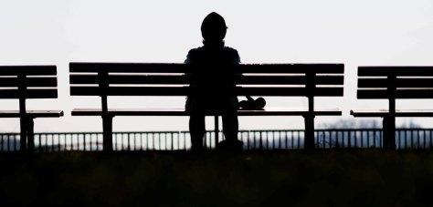 Bild: Einsamer Mensch auf Bank