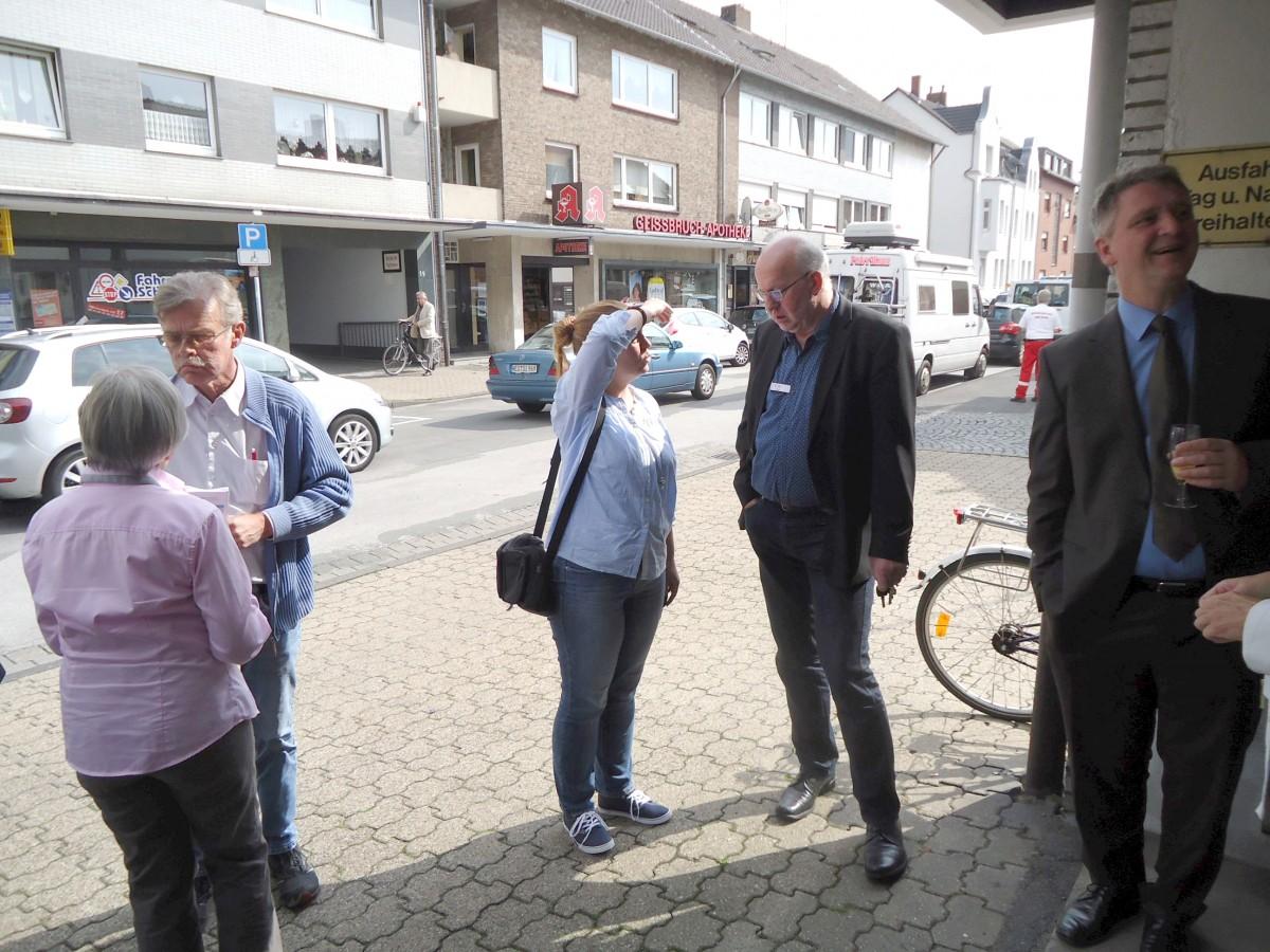 Bild: Besucher werden auch von Herrn Evers (Sozialamt) begrüßt
