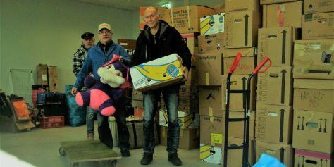 Jürgen, Rolf und Wolfgang beim Verladen der Spenden