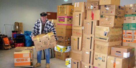 Jürgen beim Verladen der Spenden