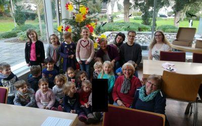 """Villa-Friedlinde mit bunt geschmücktem Weihnachtsbaum der """"Waldgeister"""""""