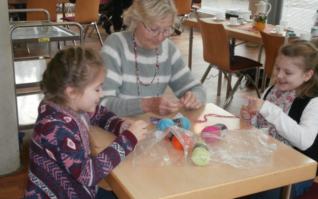 Kinder lernen häkeln in der Villa Friedlinde