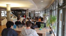 In der Stadtbibliothek Bergheim informieren sich die Gesamtschüler über Recherchemöglickeiten
