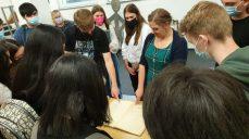 Sara Toschke zeigt den Schülerinnen und Schülern das Stadtarchiv in Bergheim