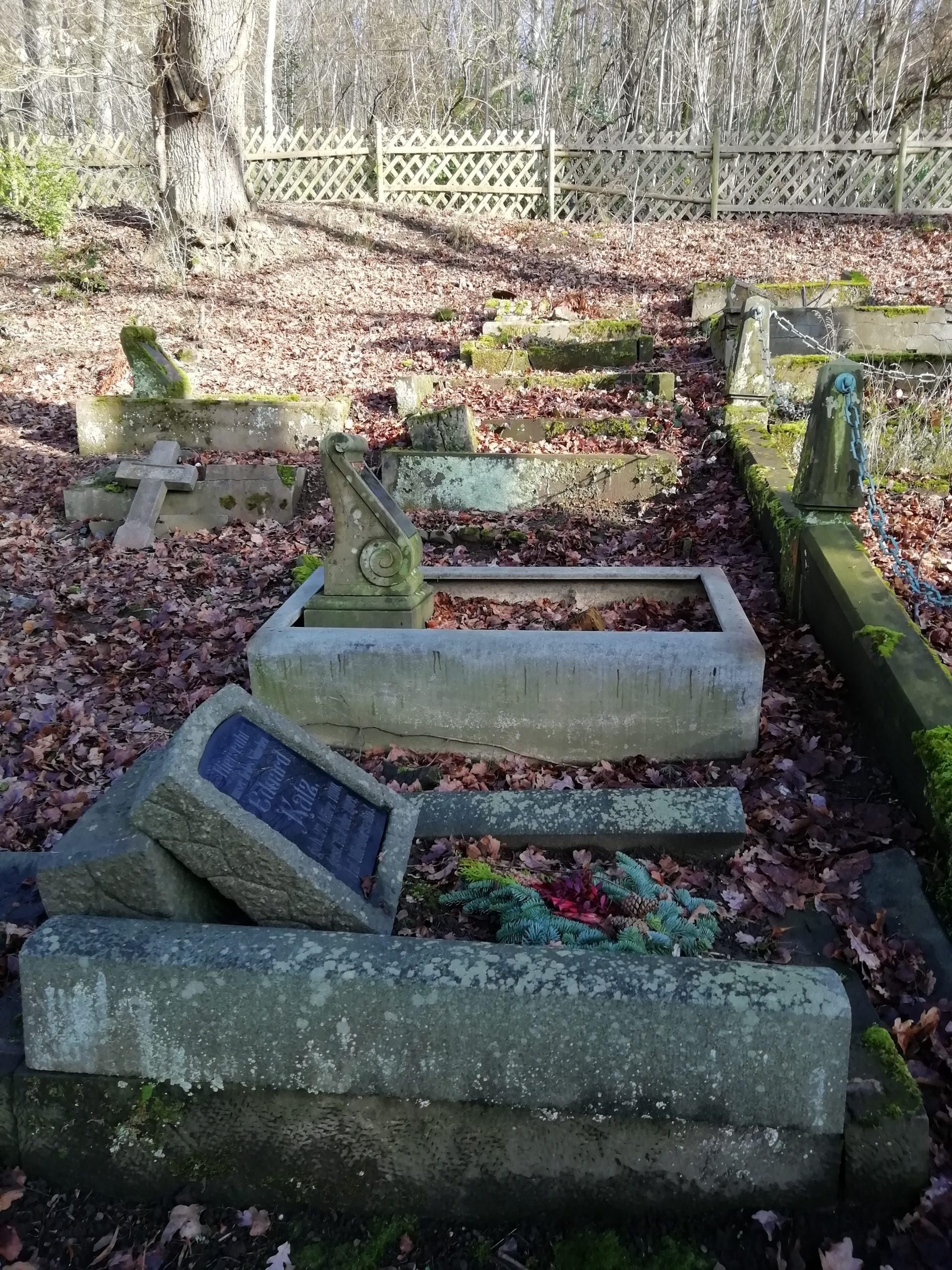 Alte Kindergräber mit Herbstschmuck. Historischer Friedhof am Wellersberg in Siegen.