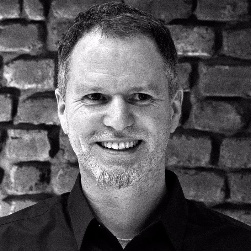 Mario Görög lächelt. Seit 2018 ist er Organisationsleiter des Geisweider Flohmarkts
