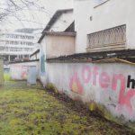 """Feuchte und heruntergekommene Hausmauer am Fischbacherberg in Siegen - vor Projektbeginn """"Siegen sind wir""""."""