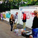 Fünf Sprayer von Highlightz bearbeiten Garagentore in der Siegbergstraße in Siegen.