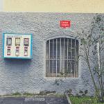 Ein blauer Kaugummiautomat mit dem Schriftzug Sportfreunde an einer Hauswand in Siegen. Mit freundlicher Genehmigung von Dr. Michael Meinhard.