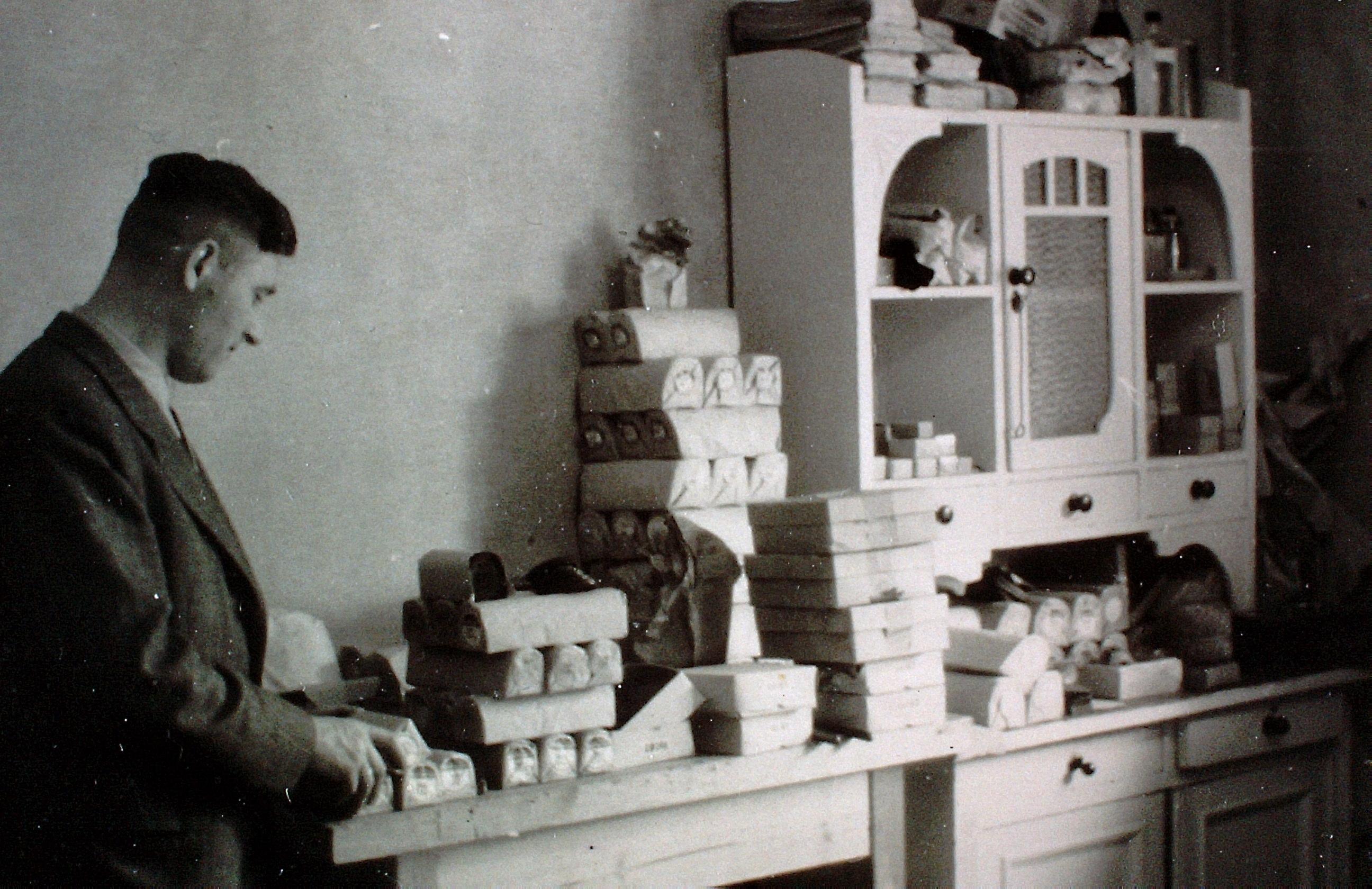 Der Vater eröffnete 1947 seine Lederhandlung Fries auf der Hammerhütte in Siegen. Schwarz-weiß-Aufnahme mit einem großen Schrank sowie vielen eingepackten Rollen und Kartons. Mit freundlicher Genehmigung von Hans-Peter Fries.